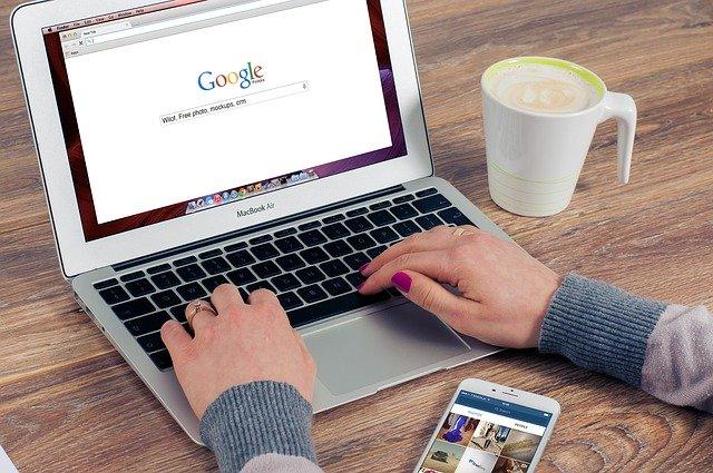 computador com o google aberto
